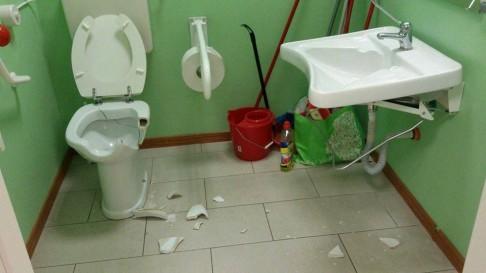 Sanitari danneggiati (foto Facebook Hobo)