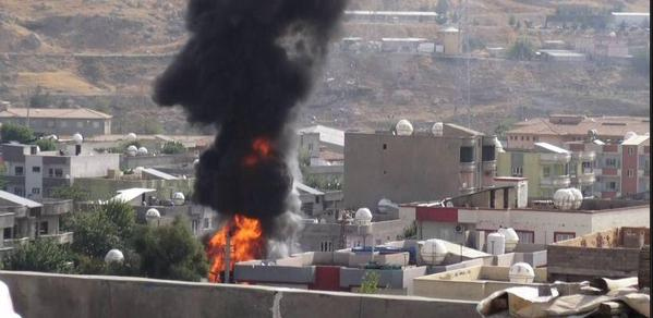 La città curda di Cizre assediata dall'esercito turco (foto da twitter @The Kurdish city #Cizre is under siege by the Turkish army, 9 settembre 2015)