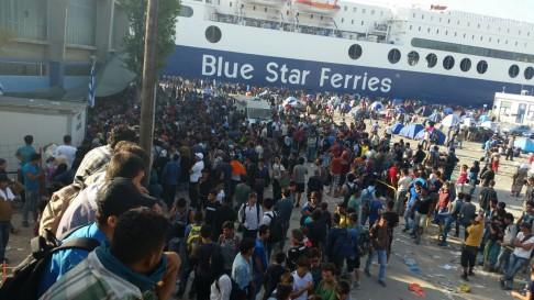Migranti in attesa di imbarcarsi a Lesbo (foto da lesbo.w2eu.net)