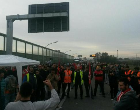 Picchetto all'interporto #16O (foto twitter @Lab_Crash)